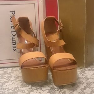 New with box Pierre Dumas tan wedges size 10
